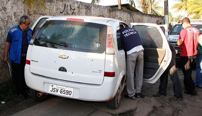 Meriva roubado foi atingido por mais de 15 tiros - Foto: Joa Souza   Ag. A TARDE