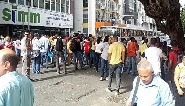 Manifestantes fecharam pista na Avenida Reitor Miguel Calmon - Foto: Raphael Wilson | Foto do leitor