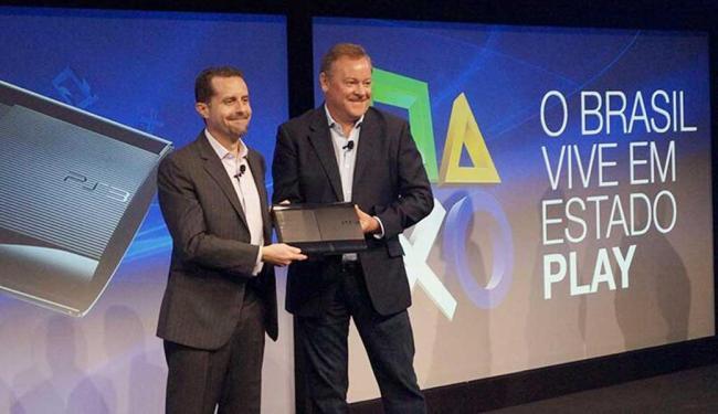 Executivos da Sony exibem primeiro PlayStation 3 fabricado no Brasil - Foto: Sony   Reprodução