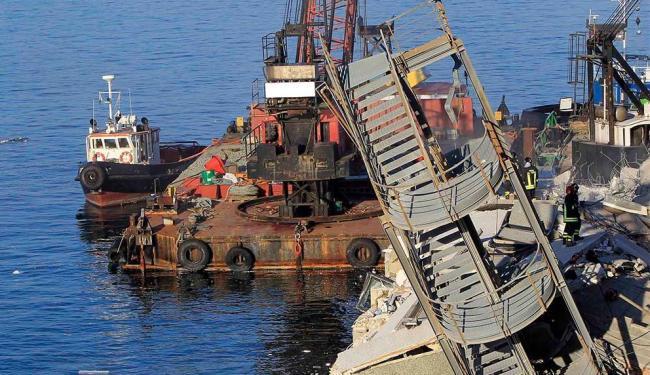 Colisão derruba torre no porto de Gênova, Itália - Foto: Agência Reuters