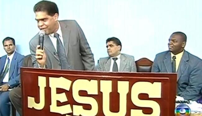 A polícia descobriu que o pastor Marcos Pereira da Silva (em pé) teria estuprado seis fiéis - Foto: Reprodução | TV Globo
