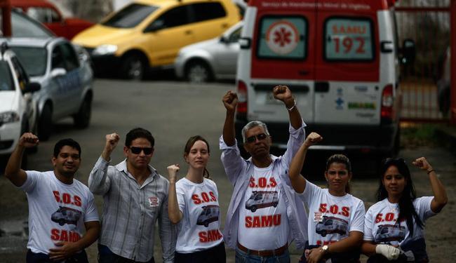 Profissionais decidiram parar em protesto por salários e más condições de trabalho - Foto: Raul Spinassé | Ag. A TARDE