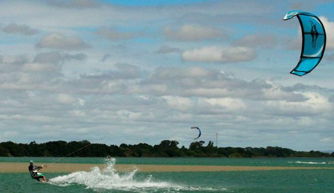 Prática do kitesurf vem aumentando no Brasil - Foto: Ivan Cruz | Ag. A TARDE