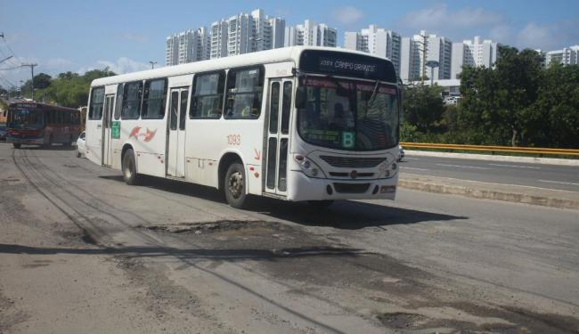 Buracos em pontos da Paralela influenciam alguns acidentes, afirmam testemunhas - Foto: Edílson Lima | Ag. A TARDE