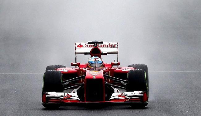 Com a pista molhada, Alonso fez a alegria dos torcedores espanhóis com a volta mais rápida - Foto: Srdjan Suki / Agência EFE
