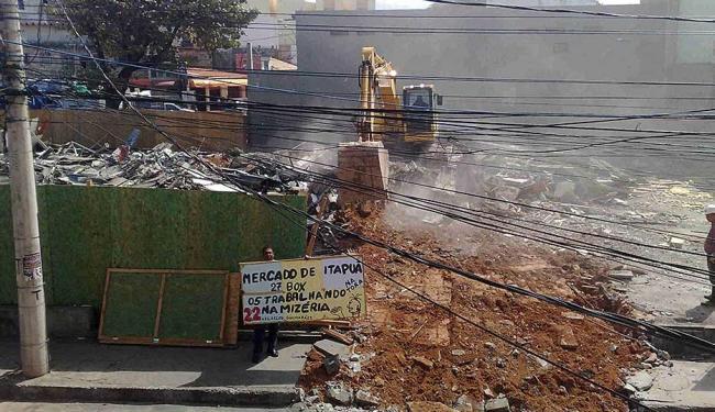 Líder comunitário Zelito Guimarães faz protesto solitário durante demolição - Foto: Edilson Lima | Ag. A TARDE
