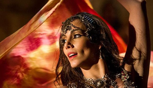 Ayla mostra que, além de uma boa esposa, também é uma dançarina sedutora - Foto: João Cotta | TV Globo