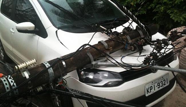 Veículo ficou com a frente completamente destruída - Foto: Pércio Oliveira  Foto do leitor Ag. A TARDE