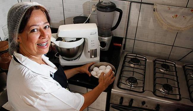 Designer de bolos, Cristiane recorreu a um financiamento para trocar equipamento doméstico por indu - Foto: Joá Souza | Ag. A TARDE