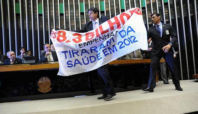 Deputado Toninho Pinheiro (PP-MG) mostrou faixa de protesto - Foto: Laycer Tomaz | Câmara dos Deputados