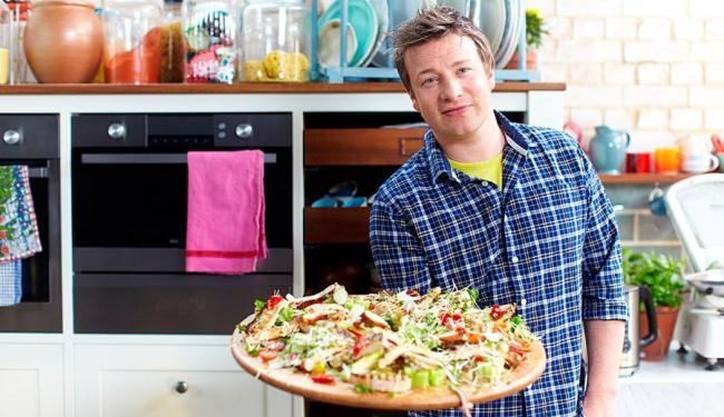 Jamie Oliver e uma de suas receitas - Foto:
