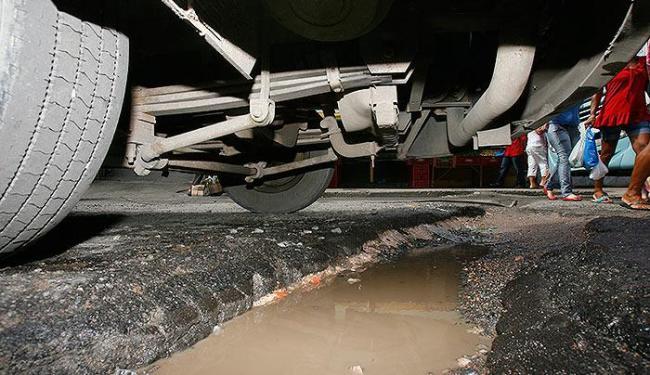 Ônibus passa por cima e ajuda a aumentar um dos vários buracos da Rua São Marcos, em Pau da Lima - Foto: Marco Aurélio Martins | Ag. A TARDE