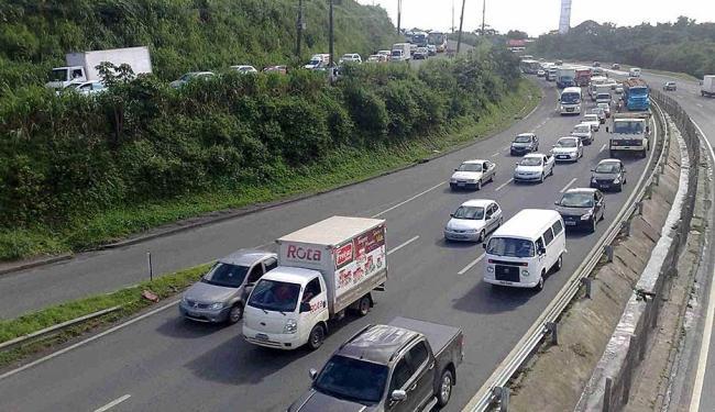Tráfego de veículos segue intenso na BR-324 - Foto: Edilson Lima   Ag. A TARDE