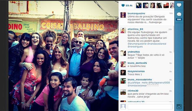 Atriz posou ao lado de outros atores que fazem parte do núcleo do Complexo do Alemão - Foto: Instagram | Reprodução