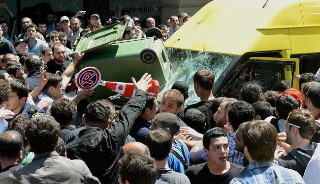 Multidão ataca um micro-ônibus transportando ativistas dos direitos dos homossexuais durante o Dia I - Foto: Agência Reuters