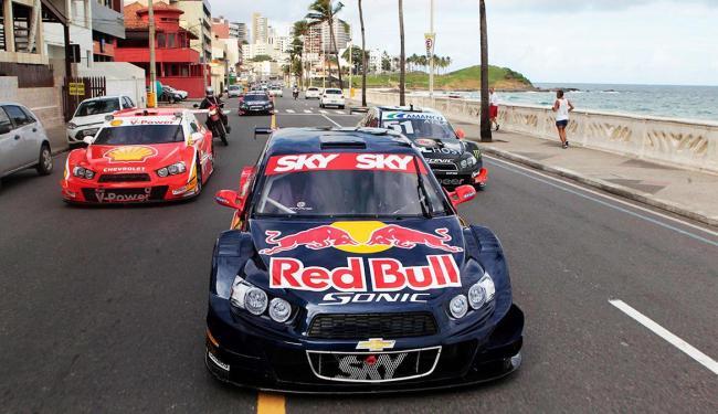 Carros da Stock Car desfilaram pelas ruas de Salvador - Foto: Eduardo Martins | Ag. A Tarde