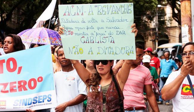 Pela manhã, os servidores fizeram passeata do Campo Grande até a Prefeitura de Salvador - Foto: Mila Cordeiro/ Ag. A TARDE