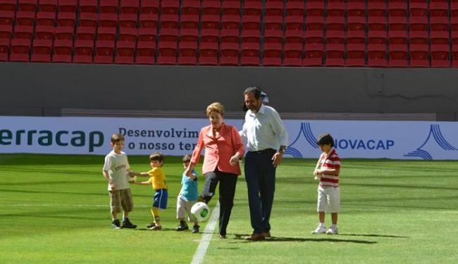 Dilma deu tempo o pontapé inicial do novo estádio - Foto: Valter Campanato | ABr