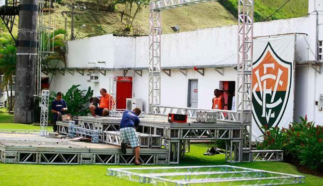 Enquanto Vitória levava susto com Deola, que machucou pulso, palco da final era montado no Barradão - Foto: Fernando Vivas | Ag. A TARDE