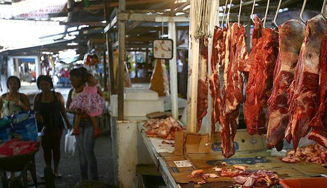 Na Feira de São Joaquim, a carne é comercializada sem a refrigeração obrigatória - Foto: Fernando Amorim | Ag. A TARDE