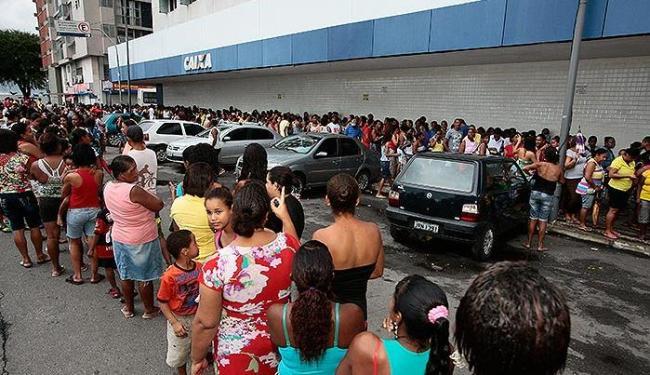 Beneficiários do Bolsa Família formaram uma grande fila na agência da CEF que fica no Comércio - Foto: Mila Cordeiro | Ag. A TARDE