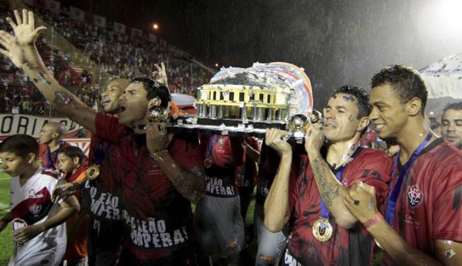 Foram necessários oito jogadores para levantar a taça, que pesa 45 quilos - Foto: Raul Spinassé / Ag. A TARDE