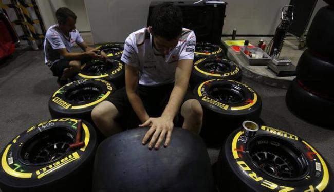 Diretor esportivo da Pirelli diz que irá chegar uma solução que não tenha impacto no campeonato - Foto: Edgar Su / Agência Reuters