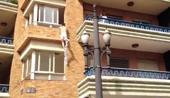 Amante tenta sair pela janela do apartamento - Foto: Reprodução | Ag. A TARDE