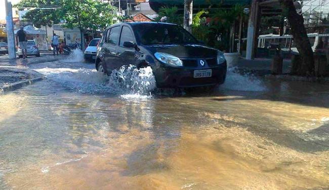 Alagamento dificulta trânsito no Rio Vermelho - Foto: Edilson Lima | Ag. A TARDE