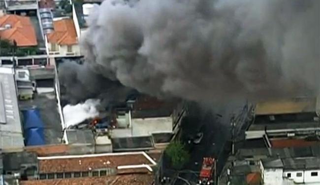 O fogo e a fumaça são intensos por causa da borracha queimada - Foto: Reprodução | TV Globo