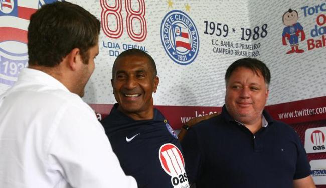 Anderson Barros (1º à direita) afirmou que quer trazer jogadores de qualidade para o elenco tricolo - Foto: Fernando Amorim/ AG. A TARDE
