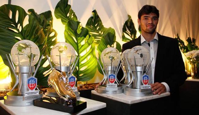Atacante Rômulo,do Bahia de Feira, levou cinco troféus na noite de gala do futebol baiano - Foto: Joá Souza   Ag. A TARDE