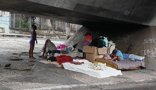 Moradores de rua improvisam abrigo sob o viaduto Marta Vasconcelos, no Aquidabã - Foto: Joá Souza | Ag. A TARDE