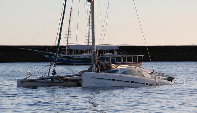 Embarcação estava à deriva e foi conduzida para área próxima à marina do Comércio - Foto: | Ag. A TARDE