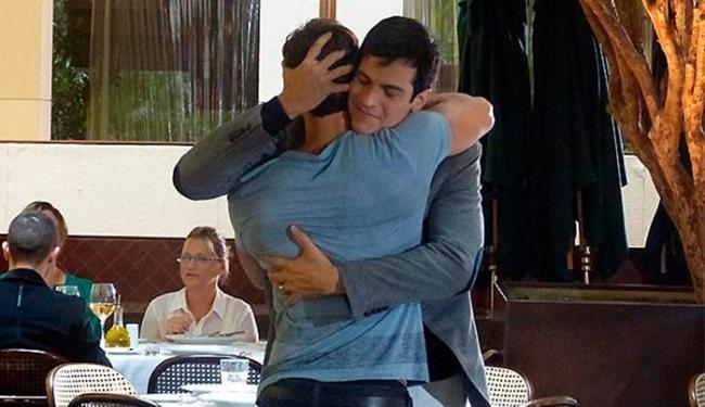 Sem perceber que está sendo vigiado, Félix se encontra com o amante - Foto: TV Globo | Divulgação