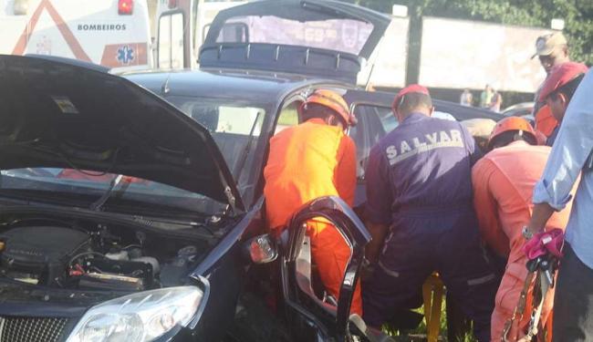 Vítima foi retirada das ferragens pelo Corpo de Bombeiros - Foto: Edilson Lima | Ag. A TARDE