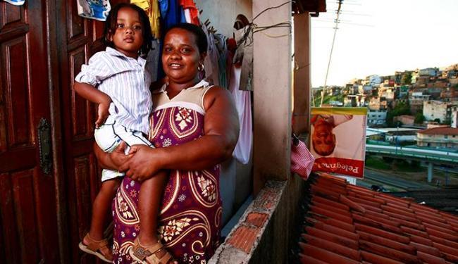 Heitor Gabriel e a mãe Lidiane Silva. Ele e o irmão fazem acompanhamento médico exigido pelo program - Foto: Fernando Vivas   Ag. A TARDE