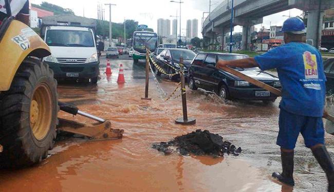 Segundo a Embasa, a previsão é que o serviço seja concluído no final da tarde - Foto: Edilson Lima | Ag. A TARDE