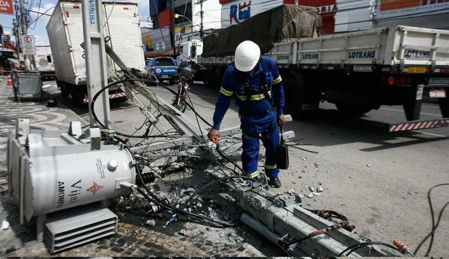 Carreta atingiu alimentadora da rede de energia - Foto: Luiz Tito | Ag. A TARDE