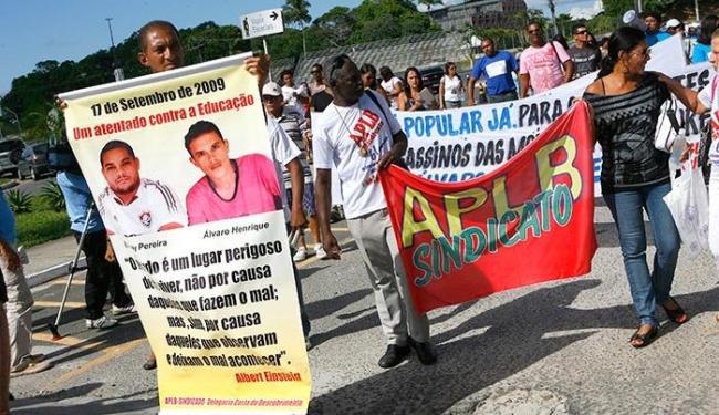No TJ, manifestantes pedem rapidez na apuração dos assassinatos de professores - Foto: Marco Aurélio Martins | Ag. A TARDE