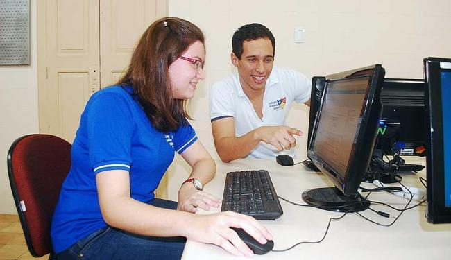 Beatriz e Luiz Eduardo buscam novos conhecimentos pela internet - Foto: Salomão Alves | Secom Vieira