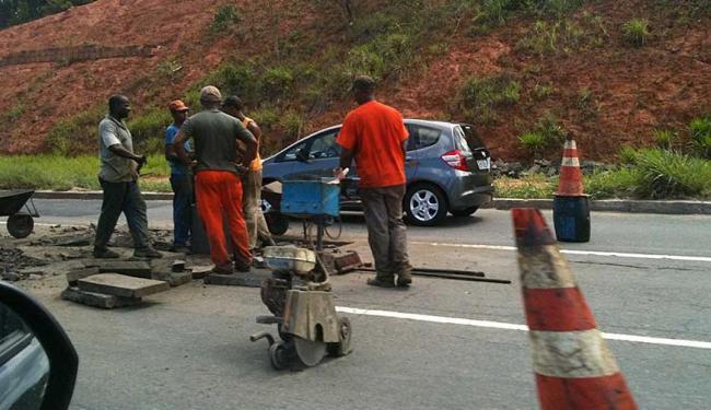 Operação tapa-buraco atrapalha o tráfego nos dois sentidos da Avenida Paralela - Foto: Márcia Maia   Foto do leitor