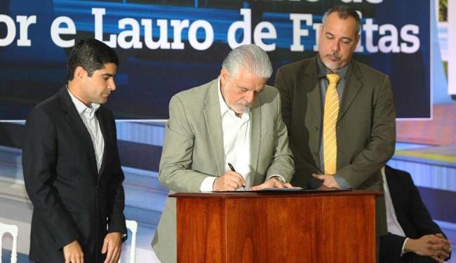 Jaques Wagner assina edital, acompanhado dos prefeitos ACM Neto e Márcio Paiva - Foto: Secom | Divulgação