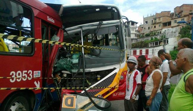 Colisão entre veículos das empresas Joevanza e BTU ocorreu próximo a Faculdade Vasco da Gama - Foto: Paula Pitta | Ag. A TARDE