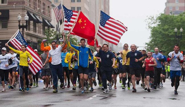 Pessoas desafiaram a chuva e voltaram às ruas de Boston para terminar o percurso da maratona - Foto: Agência Reuters