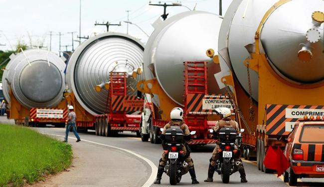 Silos pesam entre 13 e 23 toneladas e transporte precisou do apoio de 50 pessoas - Foto: Fernando Vivas | Ag. A TARDE