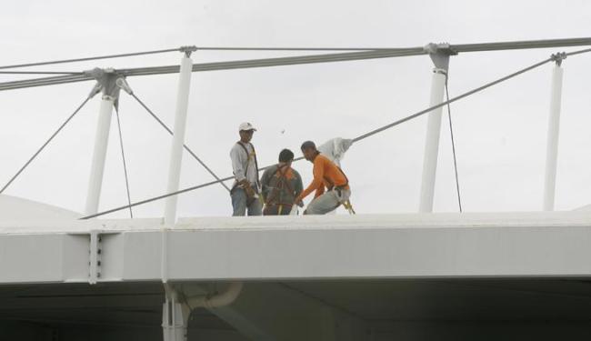 Técnicos reparam os danos causados pela chuva na cobertura da Arena Fonte Nova - Foto: Marco Aurélio Martins | Ag. A Tarde