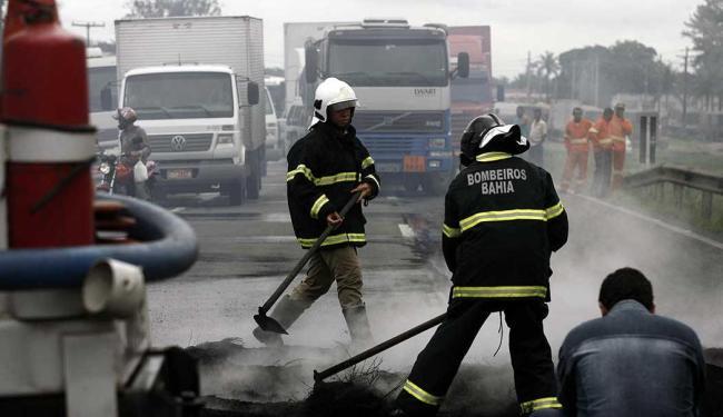 Bombeiros apagam as chamas dos pneus que bloquearam a via - Foto: Luiz Tito   Ag. A TARDE