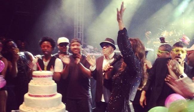 Ivete ganhou bolo de aniversário surpresa em show em Minas Gerais neste domingo - Foto: Instagram   Reprodução