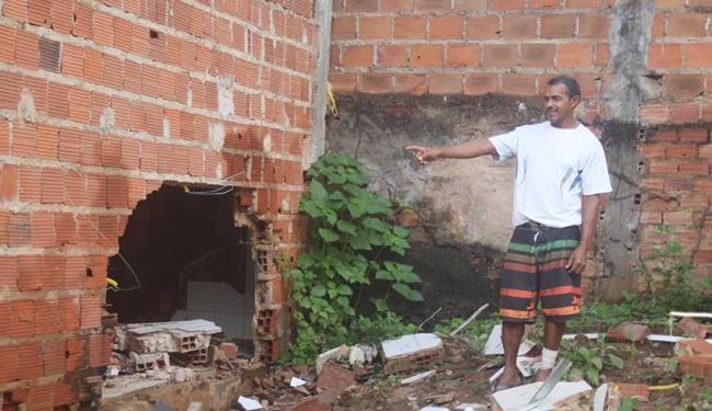 José Carlos mostra buraco por onde eletrodomésticos e móveis foram arrastados pela água - Foto: Edilson Lima | Ag. A TARDE